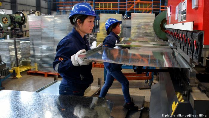 China Produktion von Metallregalen bei der Firma Maxrac in Shanghai (picture-alliance/Jürgen Effner)