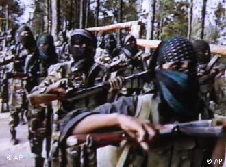 Militante Islamisten bei der militaerischen Ausbildung im Pakistanischen Grenzland zu Afghanistan sind auf einem Standbild eines undatierten Videos zu sehen, das indische Sicherheitsbehoerden am 17. September 2001 in Neu Delhi veroeffentlichten (Foto: AP)