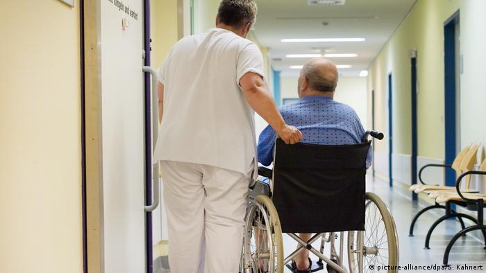 Deutschland Pflege im Krankenhaus in Dresden (picture-alliance/dpa/S. Kahnert)