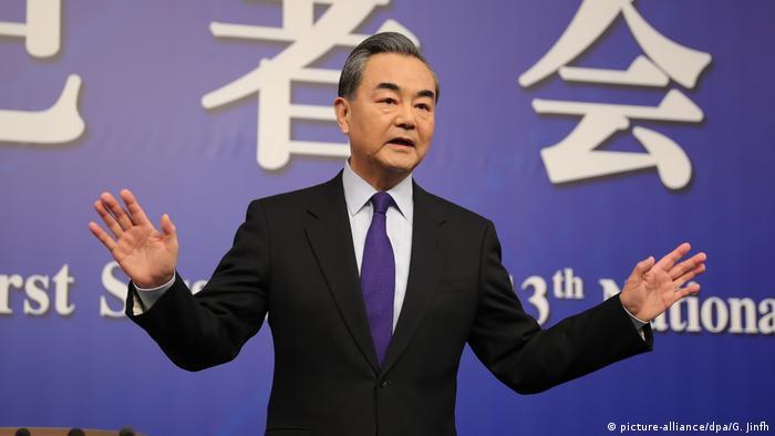 Peking PK Wang Yi Außeniminister China (picture-alliance/dpa/G. Jinfh)