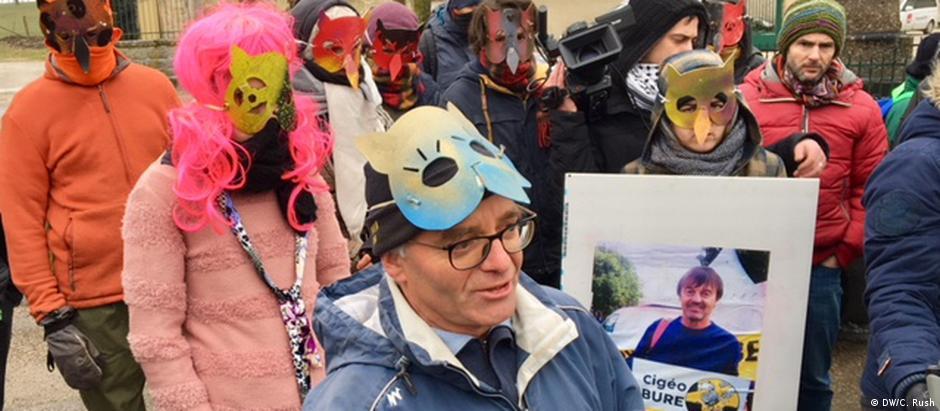 Máscara de coruja são símbolo da resistência dos habitantes de Bure