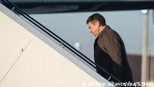 14.02.2018, Deutschland, Berlin: Außenminister Sigmar Gabriel (SPD) geht die Gangway zu einem Airbus A319 der Luftwaffe hinauf. Gabriel reist zu bilateralen Gesprächen nach Serbien, Kosovo und Bulgarien. Foto: Silas Stein/dpa +++(c) dpa - Bildfunk+++ | Verwendung weltweit