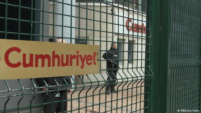 Security at office for newspaper Cumhuriyet (DW/Julia Hahn)