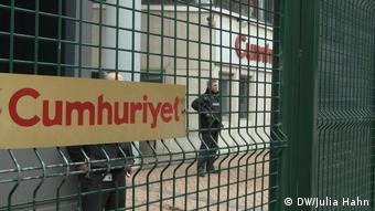 Τουλάχιστον 15 εργαζόμενοι της Cumhüriyet βρίσκονται στη φυλακή