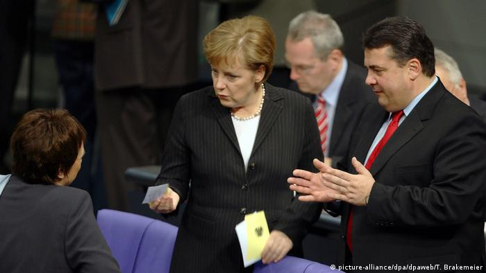 Angela Merkel, Brigitte Zypries and Sigmar Gabriel (picture-alliance/dpa/dpaweb/T. Brakemeier)