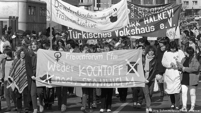 از سالهاى دهه ۱۹۸۰ در آلمان فدرال ۸ مارس بیش از پیش اهمیت یافت. در تظاهرات اعتراضی موضوعاتى مانند خواست برابرى حقوق زنان در تمام عرصههاى زندگى اجتماعی، حق سقط جنين، رفع تبعيض در زندگى خانوادگى و حمايت از مادران در دوران بارداری و بعد از زايمان مطرح میشدند. يكى از نقاط اوج اين اعتراضات در سال ۱۹۹۴ اعتصاب سراسری زنان بود كه در آن بيش از يك ميليون زن عليه تبعيض و نابرابرى شركت كردند.