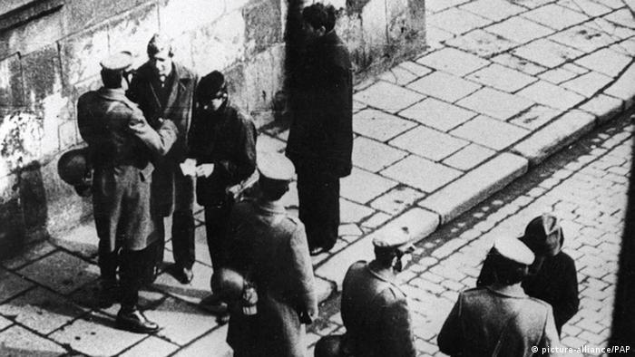 Studentenprotest in Warschau 1968 Polizei Kontrolle (picture-alliance/PAP)