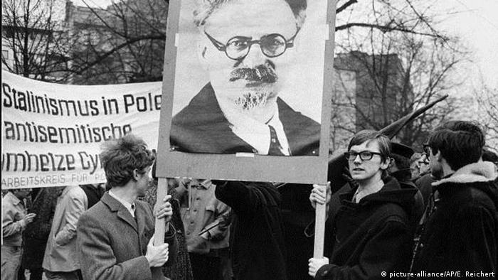 Students protest in Berlin in solidarity with Polish students in 1968. (picture-alliance/AP/E. Reichert)