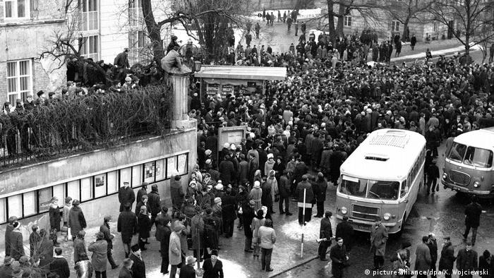 Students demonstrated in front of the Communist Party building in Warsaw in 1968. (picture-alliance/dpa/K. Wojciewski )