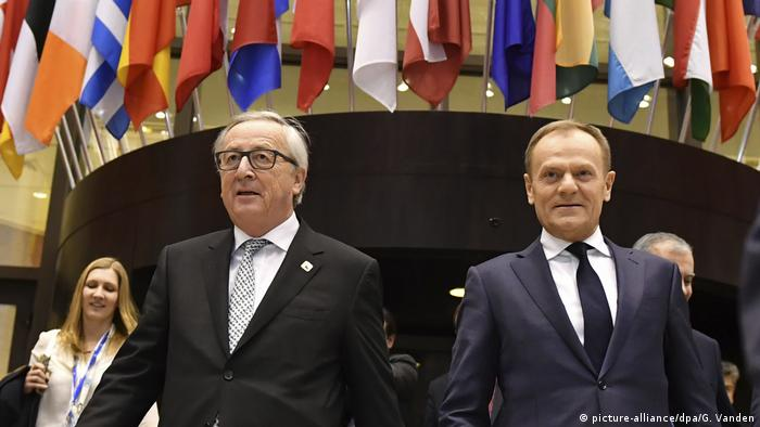Jean-Claude Juncker und Donald Tusk arrive at press conference in Brussels on February 23, 2018 (picture-alliance/dpa/G. Vanden)