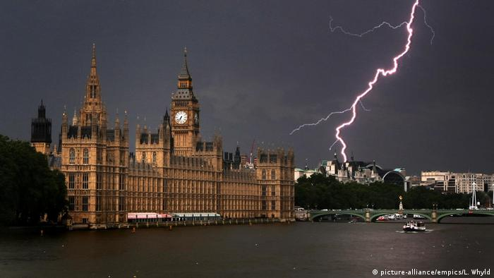 Sommergewitter in London (picture-alliance/empics/L. Whyld)