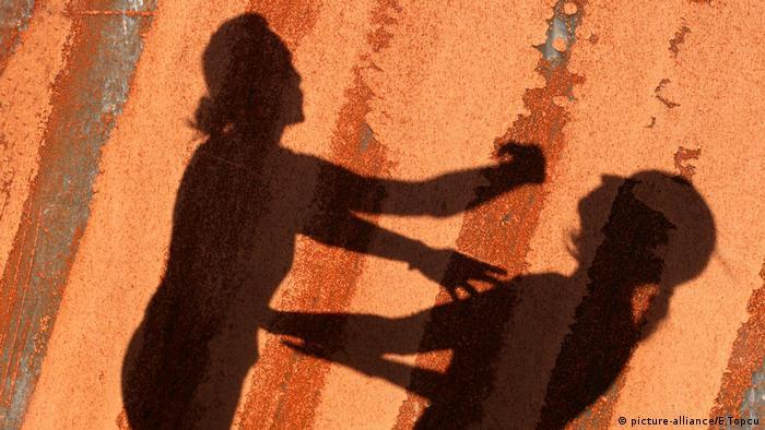 Zwei Frauen ohrfeigen sich (picture-alliance/E.Topcu)