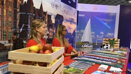 Od lat w polskim pawilonie na targach ITB nie może zabraknąć skrzynek wypełnionych polskimi jabłkami. Nie inaczej jest w tym roku. I znowu cieszą się dużym zainteresowaniem odwiedzających. Konkurencja jest jednak duża. W Berlinie prezentuje się przecież ponad 180 krajów. Czyni to ITB największymi targami tego typu na świecie.