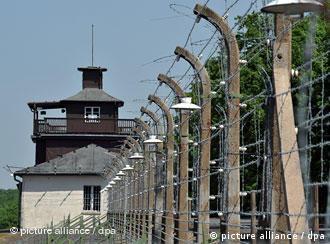 Blick auf den Stacheldrahtzaun und das Lagertor in der KZ-Gedenkstätte Buchenwald bei Weimar (Foto: dpa)