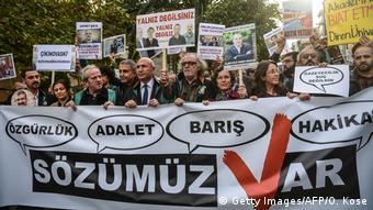 Στιγμιότυπο από διαδήλωση για την ελευθερία του τύπου στην Κωνσταντινούπολη τον Δεκέμβριο του 2017