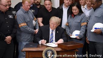 Ο Τραμπ κατά την υπογραφή των διαταγμάτων