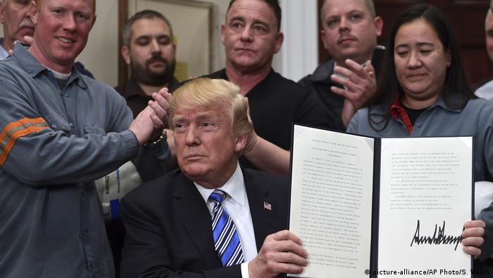 Prezydent Donald Trump prezentuje dekret wprowadzający karne cła na stal i aluminium