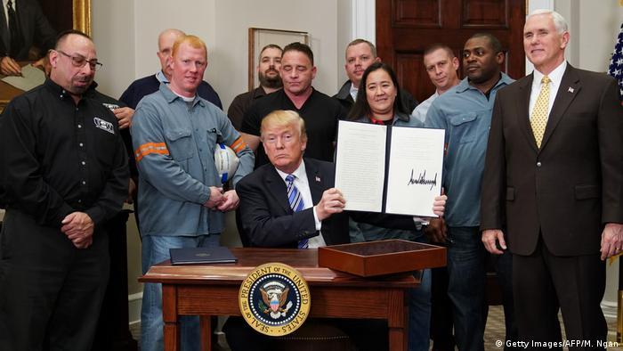 Trump mostra documento que impõe taxação do aço e do alumínio