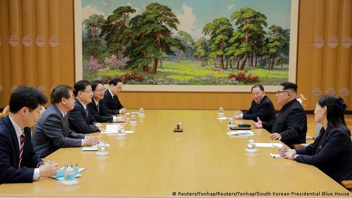 کیم یونگ اون (نفر وسط در سمت راست) در دیدار و گفتوگو با هیئت ارشد کره جنوبی