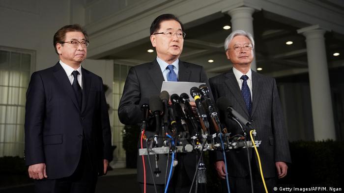 مشاور امنیت ملی کره جنوبی (وسط) در حین کنفرانسی مطبوعاتی در واشنگتن