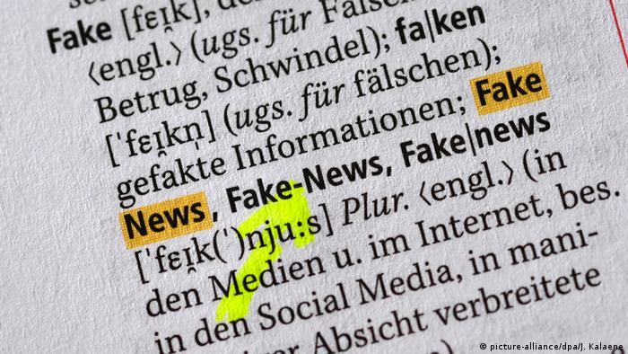 Das Wort Fake und Fake News mit den deutschen Erklärungen und der Rechtschreibung