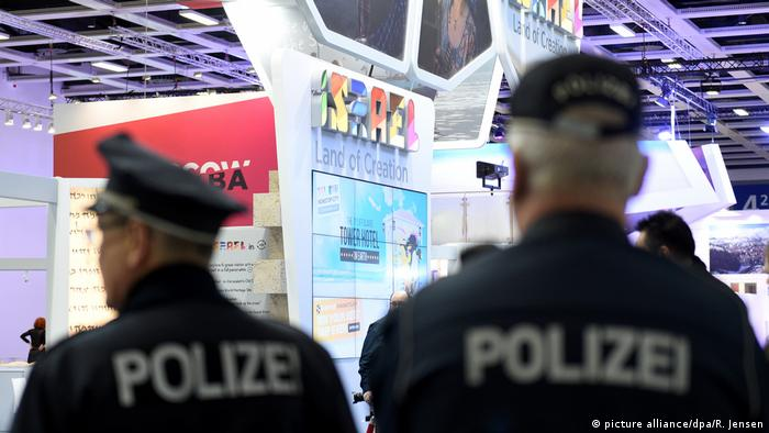 Police officers seen from behind at the ITB trade fair (picture alliance/dpa/R. Jensen)