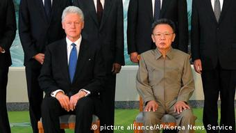 Bill Clinton mit Kim Jong Il (picture alliance/AP/Korea News Service)