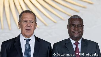 Le ministre russe des Affaires étrangères Sergueï Lavrov avec le président de la Commission de l'Union africaine, le Tchadien Moussa Faki
