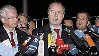 Roland Koch (l.), Peer Steinbrück (M.), Karl Theodor zu Guttenberg (r.) vor dem Bundeskanzleramt vor Mikrofonen (Foto: AP)