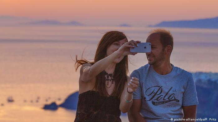 Griechenland Touristen Selfies (picture-alliance/dpa/F. Pritz)