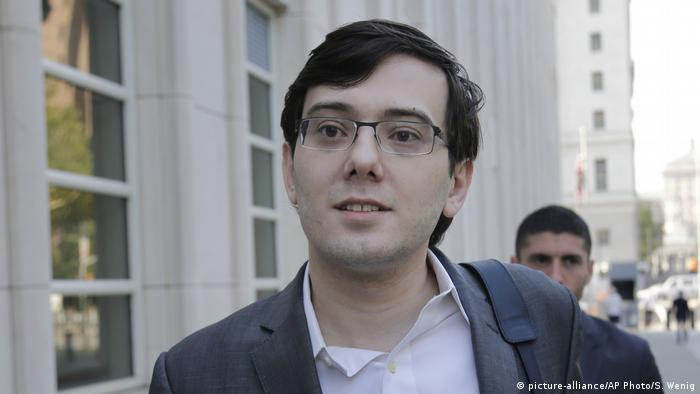 Martin Shkreli going into New York court in 2017 (picture-alliance/AP Photo/S. Wenig)