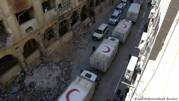 Syrien Hilfskonvoi der Organisation Roter Halbmond in Durma (picture-alliance/dpa/S. Bouidani)
