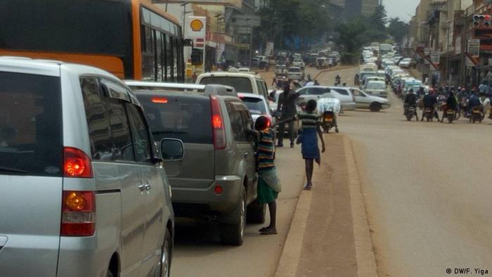 Children beg at cars stuck in traffic (DW/F. Yiga)