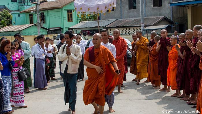 U Wirathu disambut pendukungnya usai memimpin sebuah upacara keagamaan di Yangon, 10 Maret 2018