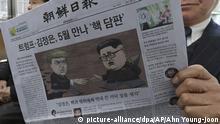10.03.2018+++Südkorea, Seoul+++ Ein Bahnfahrer liest eine Zeitung, die mit dem geplanten Treffen von US-Präsident Donald Trump und Nordkoreas Machthaber Kim Jong Un aufmacht. Ein historisches Treffen zwischen Trump und Kim soll «bis Mai» stattfinden. Foto: Ahn Young-Joon/AP/dpa +++(c) dpa - Bildfunk+++ |