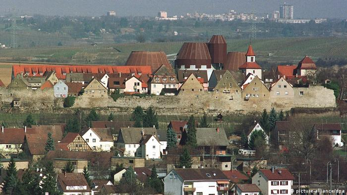 Eine mittelalterliche Stadtmauer und ein Zementwerk prägen die Skyline von Lauffen
