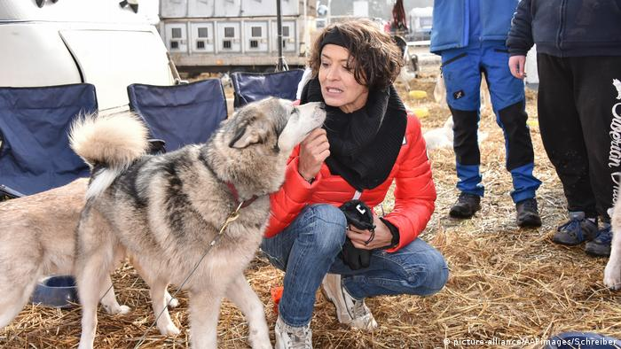 Actress Ulrike Folkerts makes friends with a dog (picture-alliance/AAPimages/Schreiber)