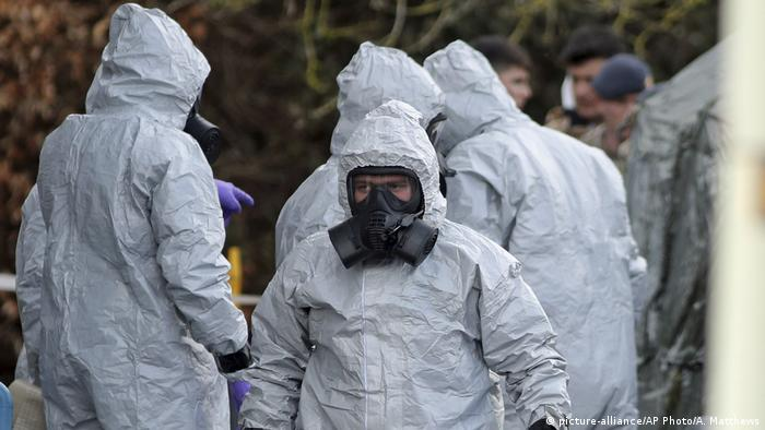 UK | Nervengiftattentat auf Sergei Skripal - Ermittler in Schutzkleidung (picture-alliance/AP Photo/A. Matthews)