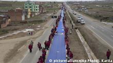 Bolivien   Bolivianer entfalten 200km lange Flagge zwischen La Paz und Oruro