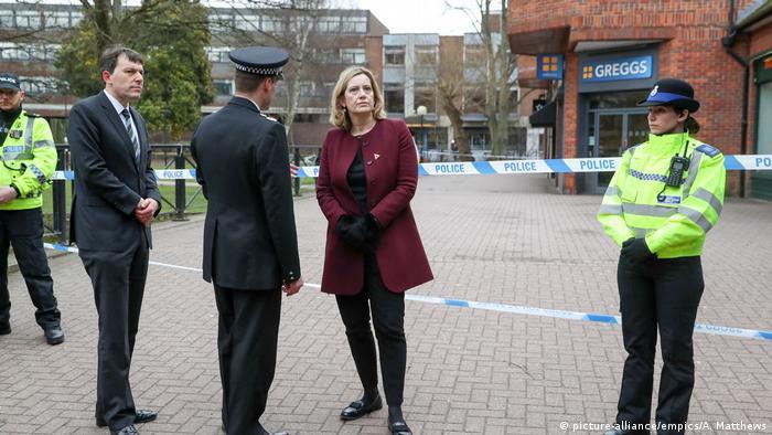 UK | Nervengiftattentat auf Sergei Skripal - Innenministerin Amber Rudd mit Wiltshires Polizeichef Kier Pritchard (picture-alliance/empics/A. Matthews)