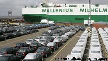 ***Archivbild*** Auf dem Autoterminal der BLG Logistics Group in Bremerhaven werden am 31.05.2006 BMW-Neufahrzeuge von Autotransportzügen der Bahn gefahren und auf dem Terminalgelände, bereit zur Verschiffung, abgestellt. Über Bremerhaven werden deutsche Luxusautos (überwiegend Mercedes-Benz und BMW) in alle Welt verschifft. Foto: Ingo Wagner +++(c) dpa - Report+++ | Verwendung weltweit