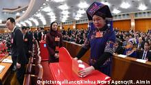 11.03.2018 *** (180311) -- BEIJING, March 11, 2018 (Xinhua) -- A deputy to the 13th National People's Congress (NPC) casts her ballot on a draft amendment to the country's Constitution at the third plenary meeting of the first session of the 13th NPC in Beijing, capital of China, March 11, 2018. (Xinhua/Rao Aimin) | Keine Weitergabe an Wiederverkäufer.