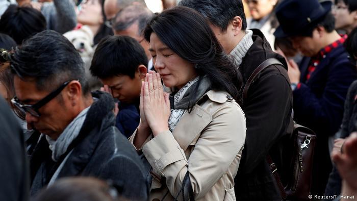 Japoneses fazem um minuto de silêncio durante cerimônia em Tóquio