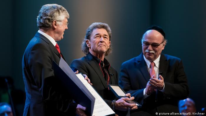 Peter Maffay (M) der Präsidenten für Christlich-Jüdische Zusammenarbeit, Friedhelm Pieper (l) und Rabbiner Andreas Nachama (r(picture-alliance/dpa/G. Kirchner)
