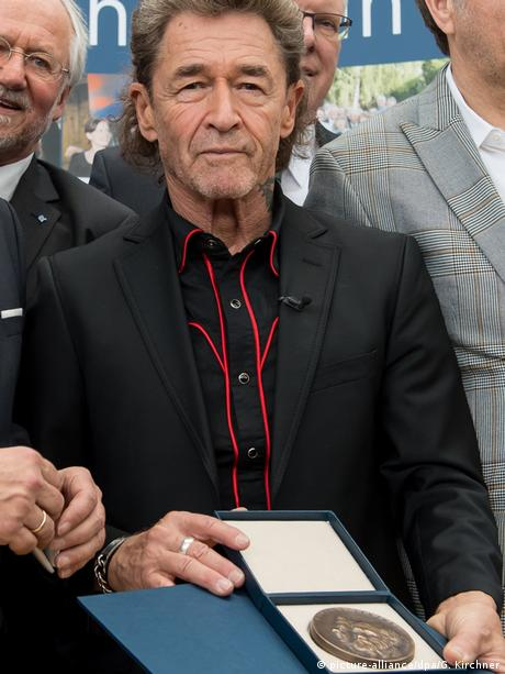Peter Maffay displays his Buber-Rosenzweig Medal.