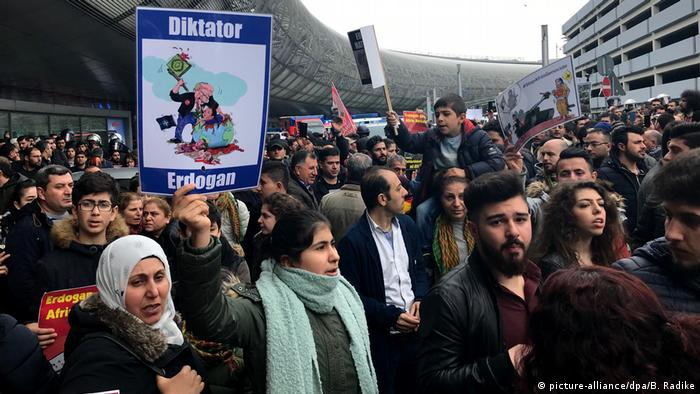 Demonstration zu türkisch-kurdischem Konflikt