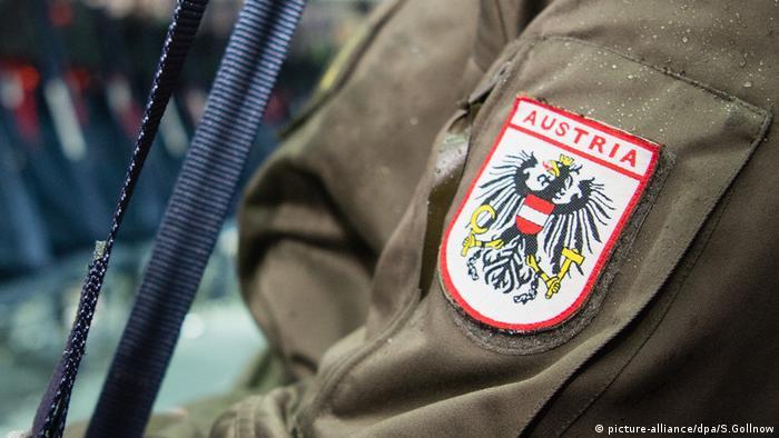 Ein Soldat der östereichischen Bundesheer auf dem Fliegerhorst Wunstorf (Niedersachsen) (picture-alliance/dpa/S.Gollnow)