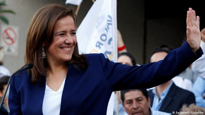 Margarita Zavala begrüßt ihre Unterstützer, nachdem sie sich als unabhängige Präsidentschaftskandidatin am INE für die kommenden Wahlen am 1. Juli in Mexiko-Stadt registriert hat (Reuters/G.Riquelme)