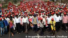 09.03.2018 +++ MUMBAI, INDIA - MARCH 9: More than 25,000 farmers led-by All Indian Kisan Sabha (AIKS) continued their march from Nashik to Mumbai, protesting against Maharashtra government s anti-government policies, on March 9, 2018 in Mumbai, India. The farmers are reportedly demanding a complete waiver of loans and electricity bills, as well as the implementation of recommendations of the Swaminathan Commission. (Photo by Rishikesh Choudhary/Hindustan Times ) Maharashtra Farmers Continue March From Nashik, Demand Loan Waiver PUBLICATIONxNOTxINxIND