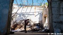 Two people in a derelict house in Rio de Janeiro (DW/S. Derks)